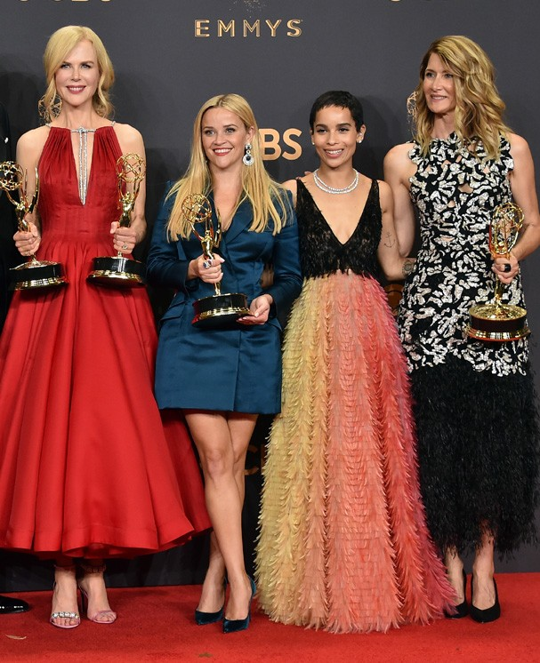 LOS ANGELES, CA - SEPTEMBER 17:  (L-R) Actors Jeffrey Nordling, Alexander Skarsgard, Nicole Kidman , Reese Witherspoon, Zoe Kravitz and Laura Dern, winners of Outstanding Limited Series for 'Big Little Lies', pose in the press room during the 69th Annual  (Foto: Getty Images)