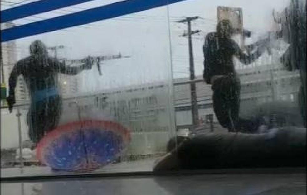 Armados, homens usam vigia como escudo humano e trocam tiros com PM (Foto: Divulgação/PM)