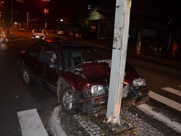 Carro bate em semáforo na Avenida Epitácio Pessoa, em João Pessoa  (Foto: Walter Paparazzo/G1)