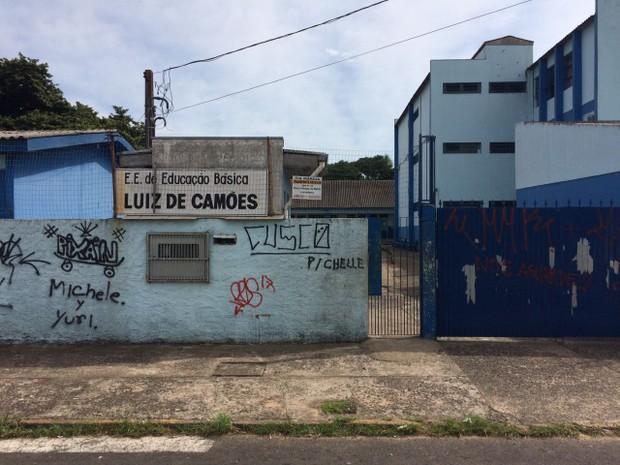 Morte de adolescente ocorreu em sala de aula da Escola Luiz de Camões, em Cachoeirinha (Foto: Bernardo Bortolotto/RBS TV)