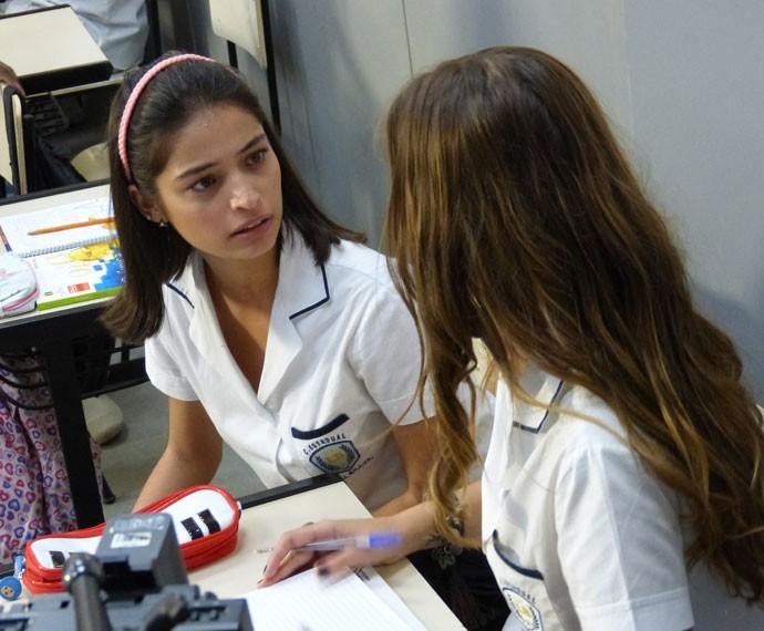 Krica contando o que rolou pra Alina (Foto: Gshow)