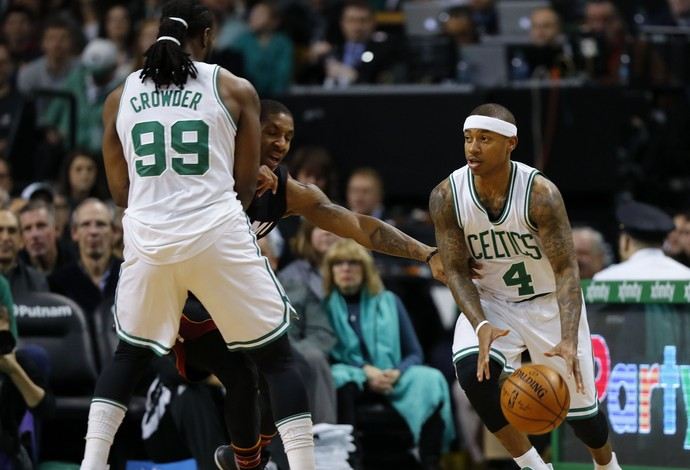 Isaiah Thomas comanda os Celtics na vitória sobre o Miami Heat (Foto: Reuters)