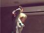 Fernanda Gentil mostra que tem jogo no pé com o filho no ombro