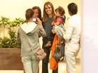 Fernanda Pontes leva a pequena Manu para brincar em shopping do Rio