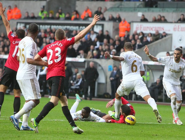 Ashley Williams chuta bola em Van Persie (Foto: EFE)