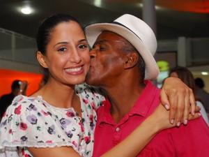 Camila Pitanga elege o pai, Antônio Pitanga, como seu melhor (Foto: Lado a Lado/TV Globo)