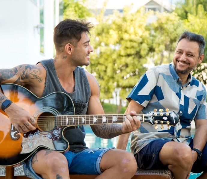 Lucas canta música para o pai (Foto: Fabiano Battaglin/Gshow)