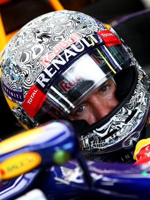 Sebastian Vettel no GP da Itália de 2014 com a pintura de capacete que inspirou o RBR camuflado dos testes de 2015 (Foto: Getty Images)