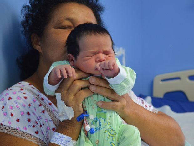 Bebê nasceu com 3.040 kg e medindo 46,5 cm (Foto: Tássio Andrade/G1)