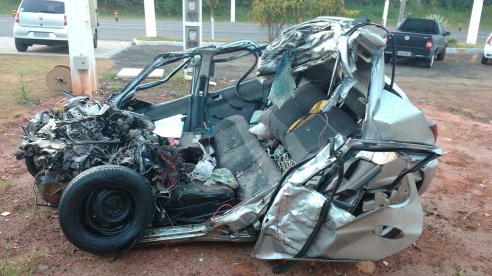 Carro ficou totalmente destruído após acidente na SP-255, em Avaré (Foto: Divulgação/PM Rodoviária)