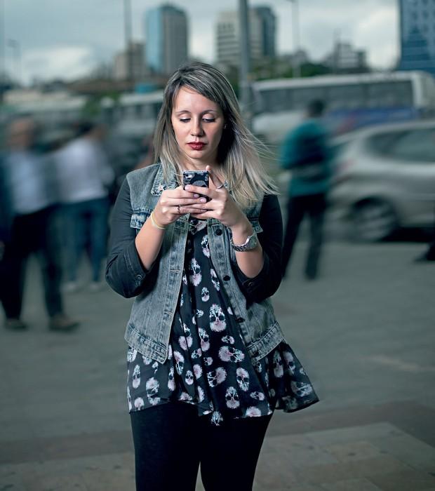 NA PISTA A publicitária Thayse Dantas, de 24 anos, e seu smartphone. Ela diz que usou o Tinder para marcar cinco encontros (Foto:  Camila Fontana/ÉPOCA)
