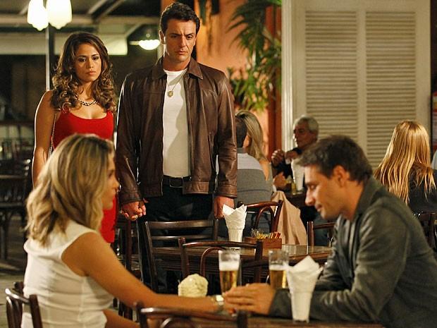 Encontro inusitado entre Morena, Théo, Érica e Élcio causa o maior constrangimento (Foto: Salve Jorge/TV Globo)