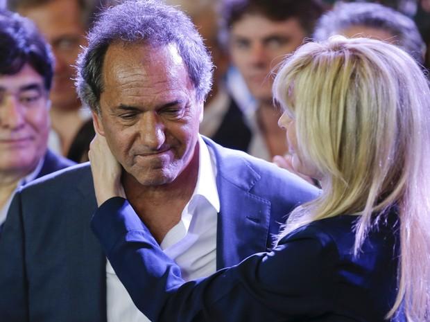Daniel Scioli é abraçado por sua mulher, Karina Rabolini, após discursar reconhecendo sua derrota no segundo turno das eleições presidenciais na Argentina, em Buenos Aires, no domingo (22) (Foto: AP Photo/Ivan Fernandez)
