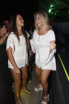 Carla Perez e a filha, Camilly Victória, em show em Salvador, na Bahia (Foto: Fred Pontes/ Brazil News)