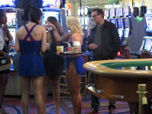 Garçonetes dos cassinos usam roupas curtas e oferecem drinques gratuitos (Foto: Flávia Mantovani/G1)