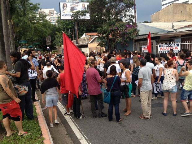 Ato do MPL reuniu manifestantes em Guarulhos, na Grande São Paulo, contra tarifa de R$ 3,50 dos transportes (Foto: Marcelo Mora/G1)
