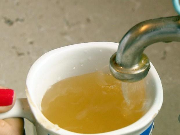 Estudantes são obrigados a conviver com água barrenta na zona rural de Alpinópolis (Foto: Reprodução EPTV / Erlei Peixoto)