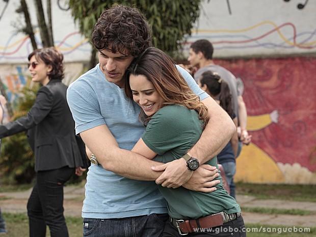 Malu abraça Bento super feliz com a ajuda do 'irmão' (Foto: Sangue Bom/TV Globo)