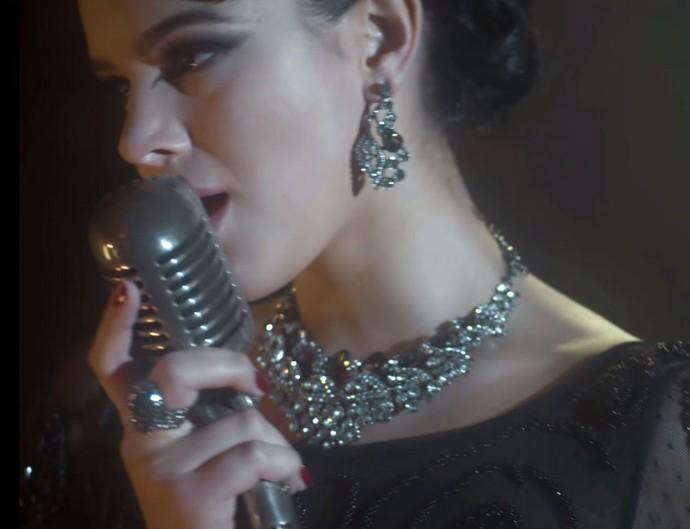 Bruna Marquezine canta em 'Nada Será Como Antes' (Foto: TV Globo)