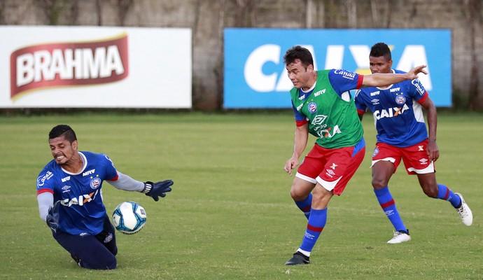 Renato Cajá em treino com bola do Bahia (Foto: Felipe Oliveira / Divulgação / E.C. Bahia)