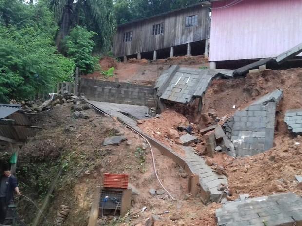 Deslizamento interditou rua e casa em Biguaçu (Foto: Defesa Civil/Divulgação)