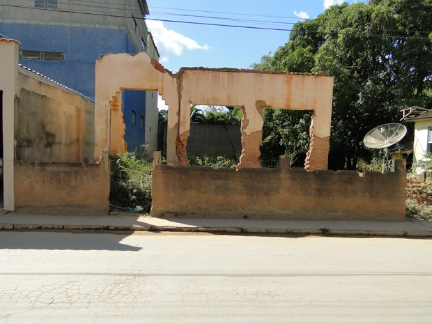 Local foi limpo, mas imóvel continua em ruínas  (Foto: Alex Araújo / G1 MG)