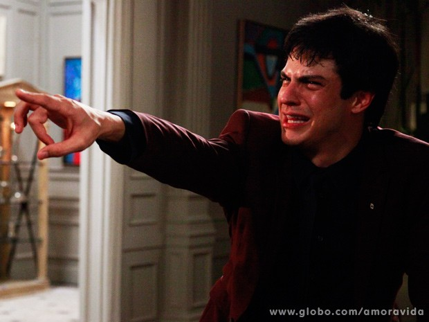 Sem sa�da, F�lix berra, dizendo que nunca gostou da irm� (Foto: Ellen Soares / TV Globo)