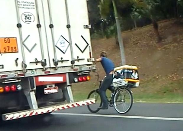 Bicicleta estava a mais de 70 quilômetros com caminhão (Foto: Reprodução / TV Tem)