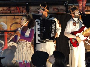 Apresentação do grupo Rasgacêro mistura ritmos e personagens caricatos em Altinópolis, SP (Foto: Rodolfo Tiengo/G1)