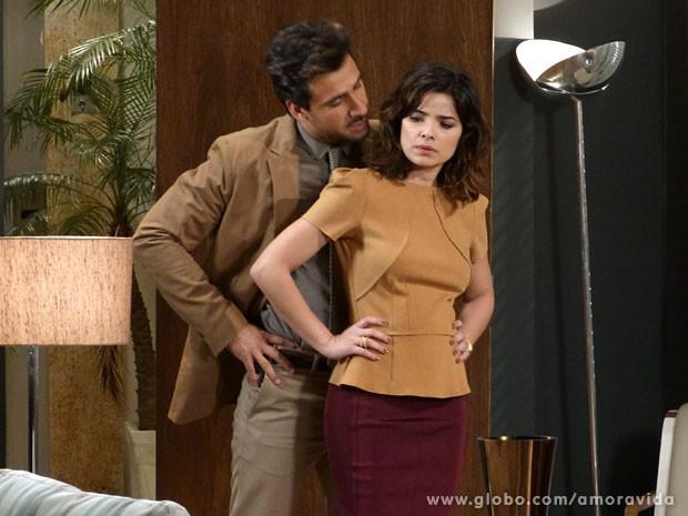 Aline é assediada por Jacques (Foto: Amor à Vida/ TV Globo)