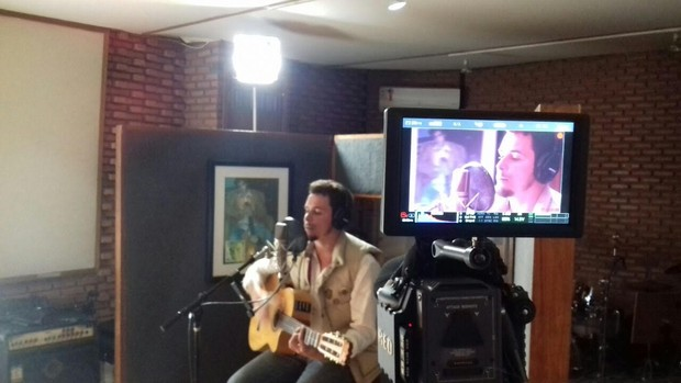 Felipe Dylon em estúdio gravando sua nova música (Foto: Divulgação)
