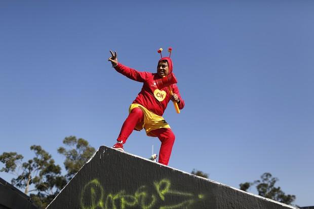 Homem vestido de Chapolin em homenagem a Roberto Bolaños (Foto: Agência Reuters)
