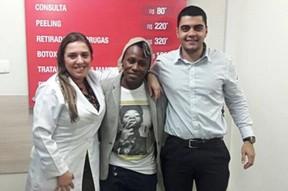 Pepê e os profissionais que a atenderam na clínica médica (Foto: Reprodução / Facebook)