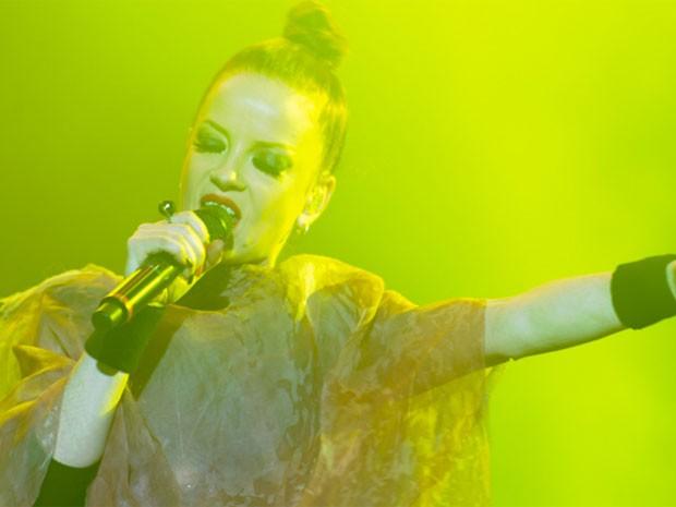 Shirley Manson, vocalista do Garbage, exibe coque aflitivo de tão puxado e preso no topo da cabeça (Foto: Flavio Moraes/G1)