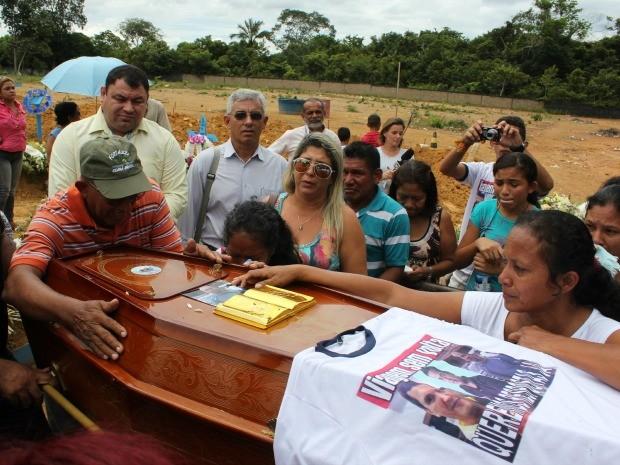 Familiares e amigos de Aldeney participaram de cortejo na manhã desta quinta-feira (6) (Foto: Camila Henriques/G1 AM)