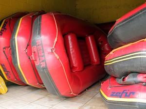 Empresário deixa botes de prontidão para eventual enchente (Foto: Carlos Santos/G1)