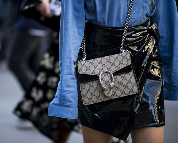 O tecido que lembra o vinil é um destaque na moda (Foto: Imaxtree)