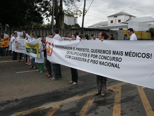 Médicos participaram de ato na avenida Mário Ypiranga Monteiro (antiga Recife) na manhã desta terça-feira (30) (Foto: Camila Henriques/G1 AM)