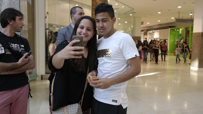 Até um selfie o jogador Massimo Luongo tirou com uma fã (Foto: Richard Pinheiro/GloboEsporte.com)