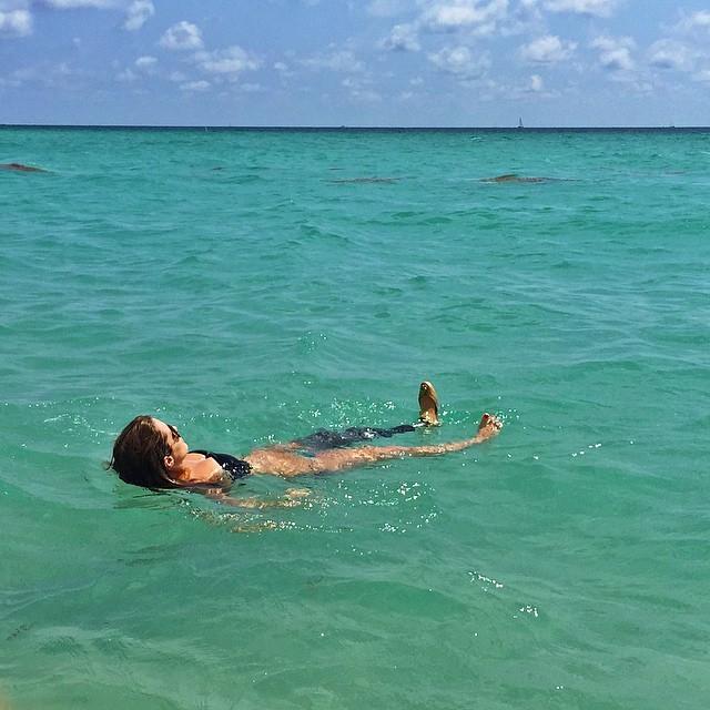 Paola Antonini boiando nas águas do mar (Foto: Reprodução/Instagram)