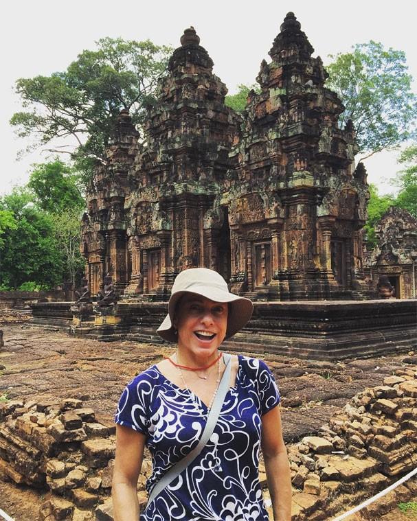 Cissa Guimarães em Banteay Srei, um dos templos mais antigos do Camboja (Foto: Reprodução/Instagram)