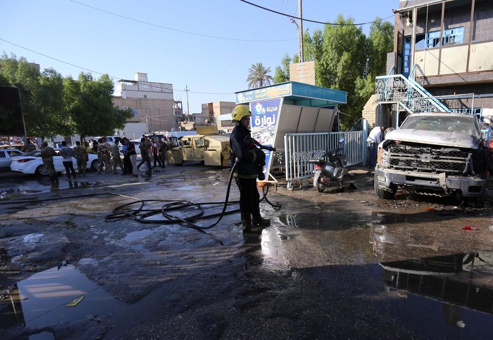 Bombeiro tenta conter incêndio após ataque terrorista em Karbala, no Iraque (Foto: REUTERS/Stringer)