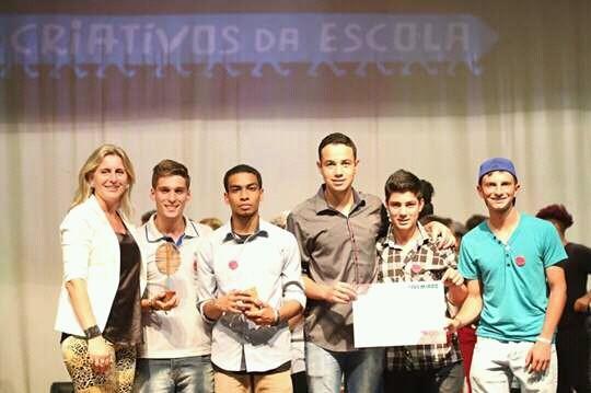 Da esquerda para a direita, a professora Simone com os alunos Nycholas, Mateus, Leonardo, Matheus, Anderson (Foto: divulgação )