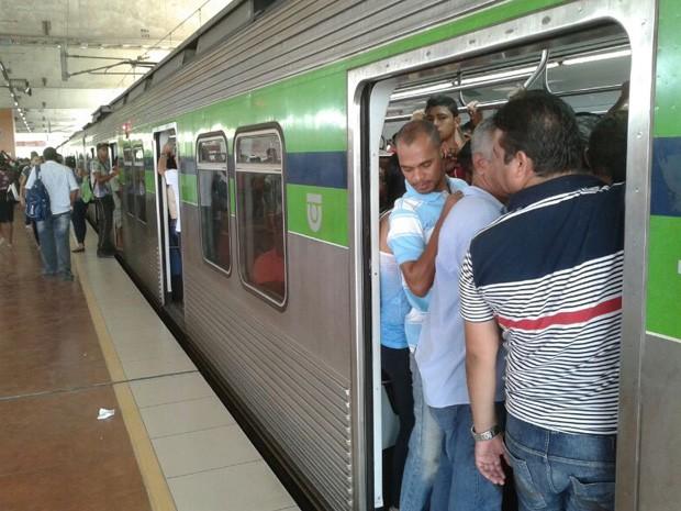 Passageiros esperam trem na estação de Camaragibe (Foto: Foto: Everaldo Silva/TV Globo)