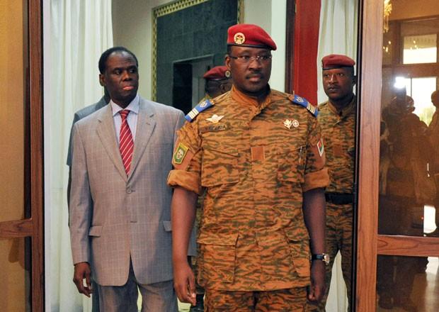 O presidente interino de Burkina Faso, Michel Kafando (à esquerda) anda ao lado do tenente-coronel Isaac Zida, nomeado premiê do país nesta quarta-feira (19) (Foto: Sia Kambou/AFP)