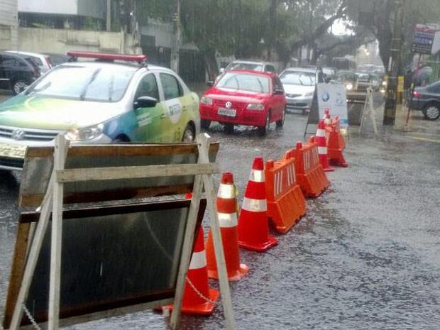 CTTU está desviando fluxo de veículos pela Rua Conselheiro Portela (Foto: Alexandre Vitor/Acervo Pessoal)