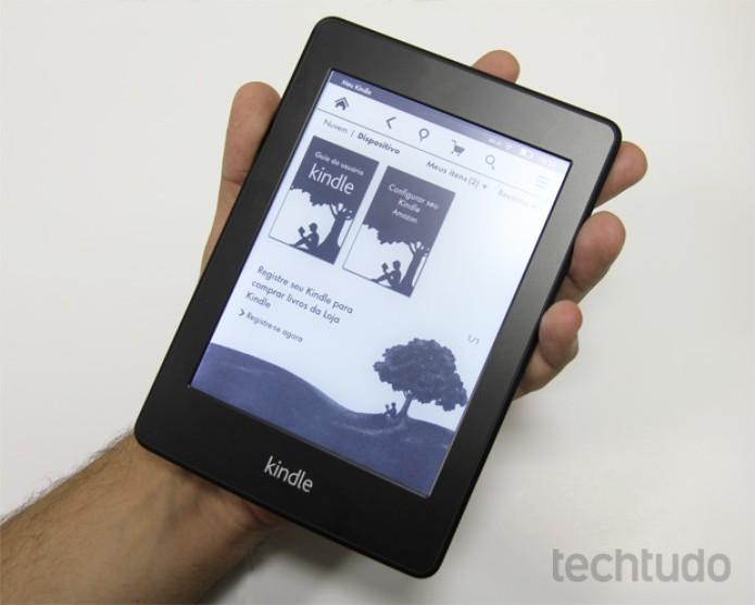 Kindle Paperwhite pode ser facilmente segurado com uma das mãos (Foto: Isadora Díaz/TechTudo)
