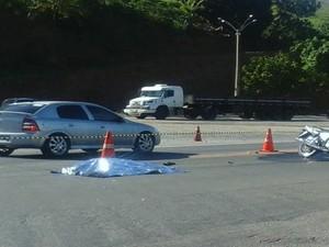 Motociclista morre ao ser atingido por caminhão, na BR-101, ES (Foto: Reprodução/ TV Gazeta)