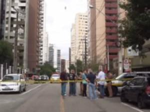 Suspeito de assaltar pai e filho na saída do banco é morto por policial  (Foto: Reprodução / RPC)