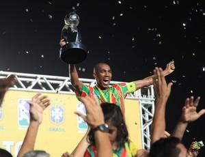 Arlindo levanta taça de campeão Brasileiro (Foto: Diego Chaves/O Estado)